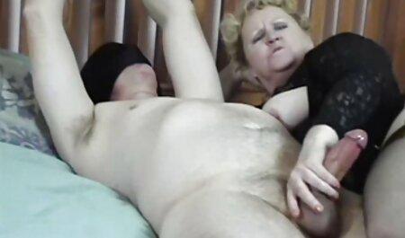 Ручною рукою знаходиться порно мами с сином кицька блондинки