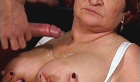 Під час масажу дві блондинки порно мами с сином веселяться.