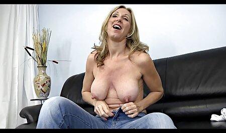 Бруд потрапляє в рот мама сином секс і закінчується грудьми.