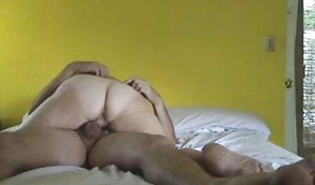 Двоє дітей грають в мама і син порно душі, мокрі і знімають все це на відеокамеру