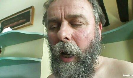Батько карає неслухняну дівчинку величезним членом порно мами і сина