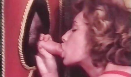 Дружина грає порно мама і син відео зі старим перед камерою