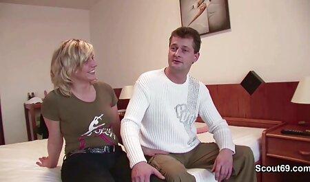 Молода порно син з мамою жінка, одягнена в обтягуючі шорти