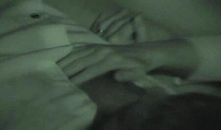 Парочка порно мами и сина входить в спальню і змушує їх зайнятися сексом